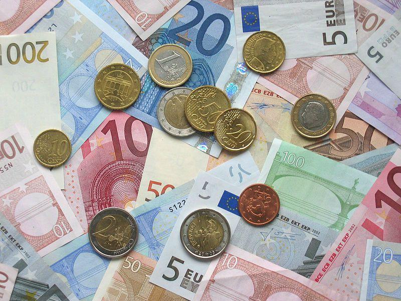 Foto van bankbiljetten en munten