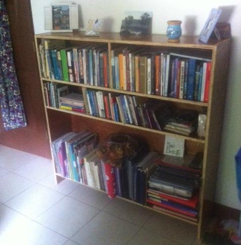 [:nl]Foto van een boekenkast bij Astrid in Juigalpa[:]