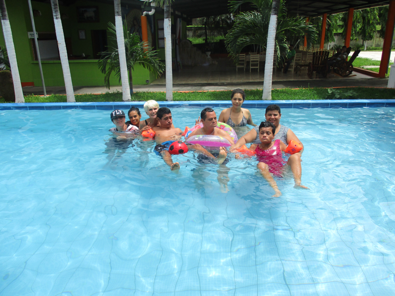 Allemaal in het zwembad